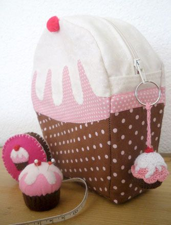 Cupcake zipper bag or pouch (or backpack, with straps added?) - inspiration only - I can't even get Google to translate the (German) page into English :D