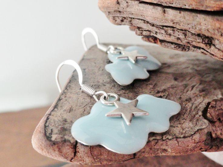 Boucles d'oreilles nuages, en email bleu clair et son étoile. : Boucles d'oreille par sylviepacotilles
