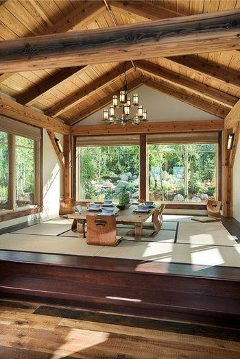 ナチュラルなムードのログハウスにも畳の空間を。シャンデリアと無垢材のローテーブルで適度にハズしています。
