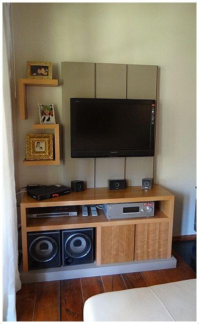 Sistema de muebles con panel lacado para TV y Música.  Mueble base enchapado en madera natural, con tirador oculto en vertical. Base de mueble lacada.