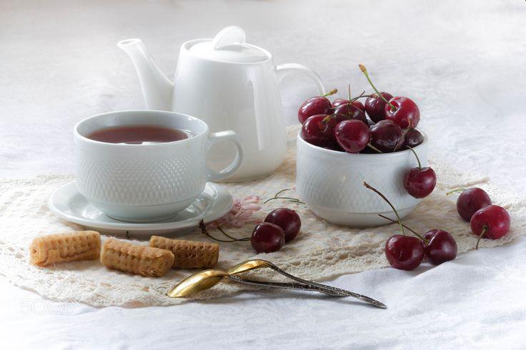 Утро - чай черешня печенье белая посуда
