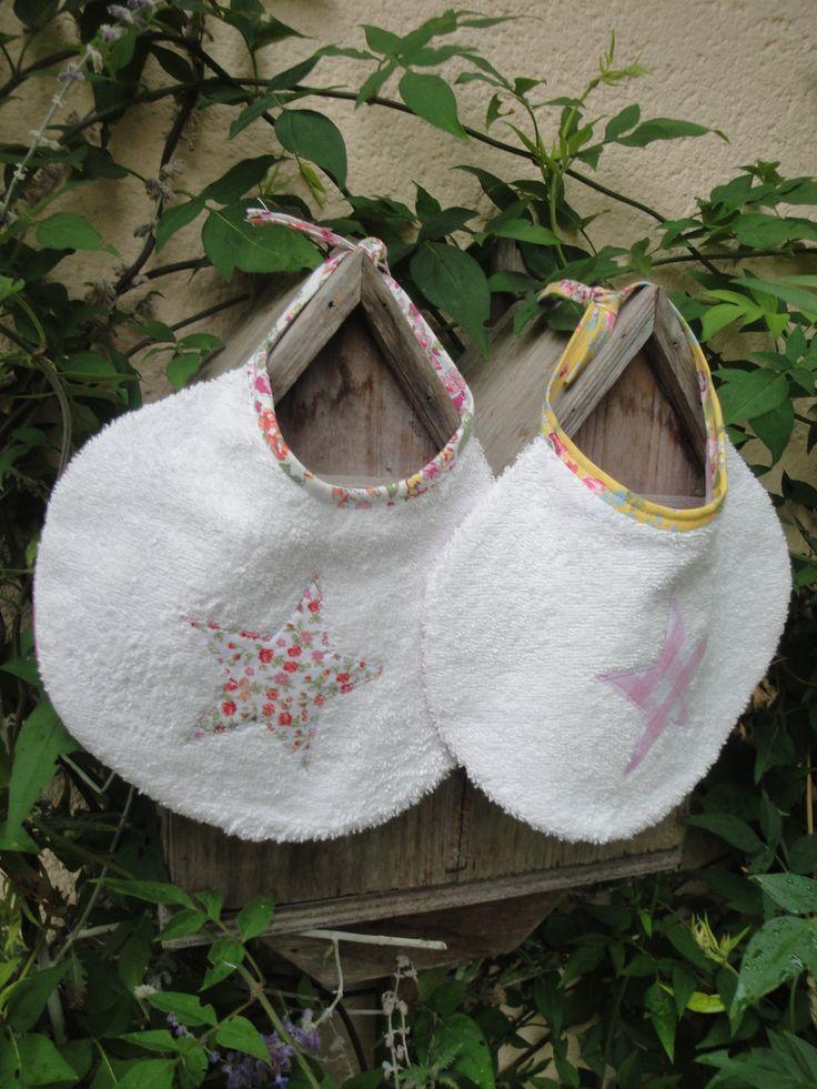 """Ensemble de deux bavoirs ronds motif"""" Etoile """" en appliqué tons rose et fleurs pour bébé naissance : Mode Bébé par les-p-tits-bidules"""