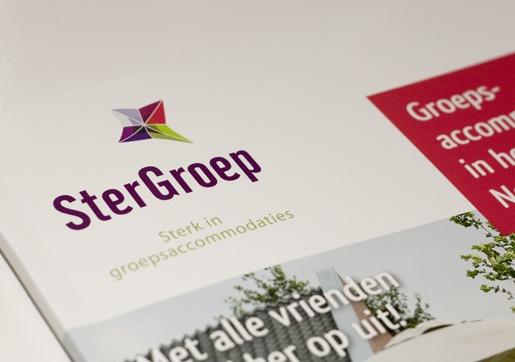 SterGroep, logo en huisstijl. De brochure geeft een goed beeld van de ingezette stijl. Iedere accommodatie heeft zijn/haar eigen spread, 3 verschillende stramienen.