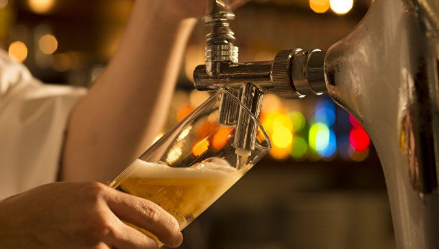Бармен наливает пиво в бокал. Архивное фото