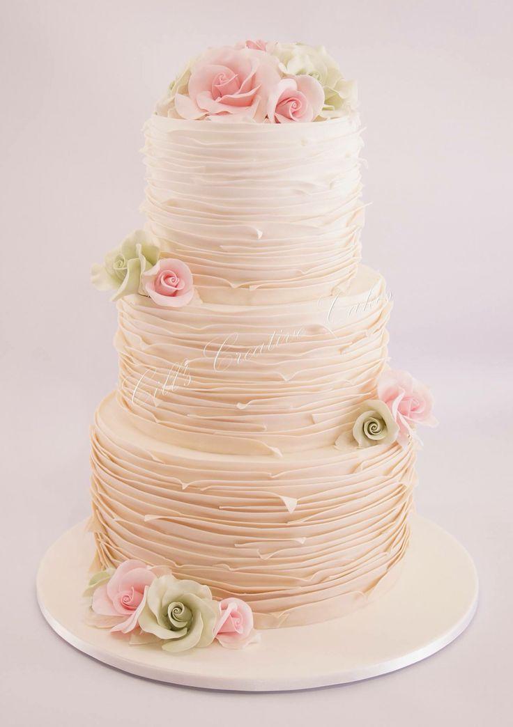 Ruffle cake and flowers                                                                                                                                                                                 Mais