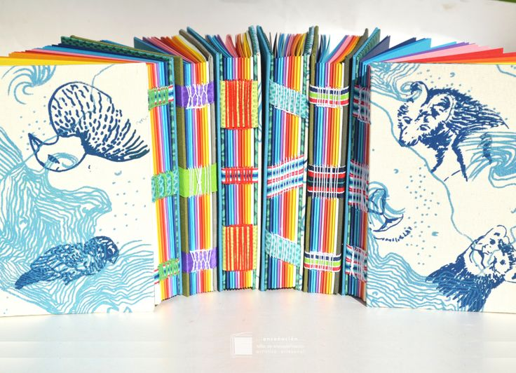 • Multicolores • nuevos cuadernos de autor • Cubierta de tela lisa y serigrafiada con relieve por Mantarraya y bordadas por Oh Pedro •Costura expuesta con cintas • 82hojas (32 hojas color de 1…