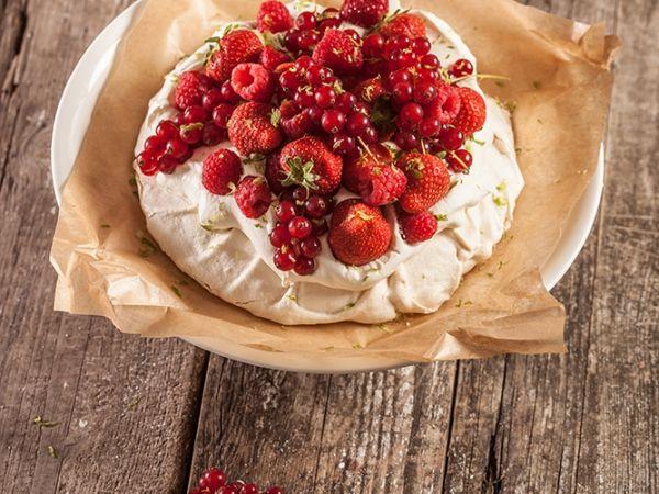 Pavlova met rumroom en rode vruchten (Libelle Lekker!)