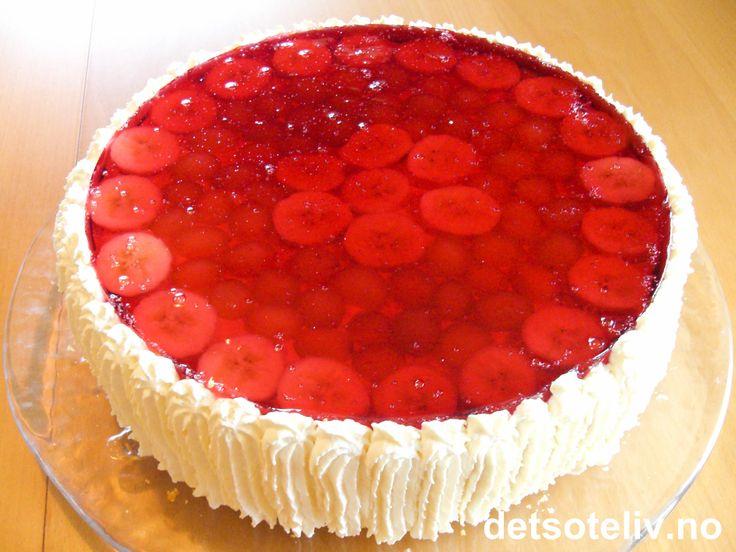 """En vanlig bløtkake blir ekstra god og festlig å se på dersom du dekker den med et lokk av rød gelé! Se også """"Bløtkake med gelélokk (gul)""""."""