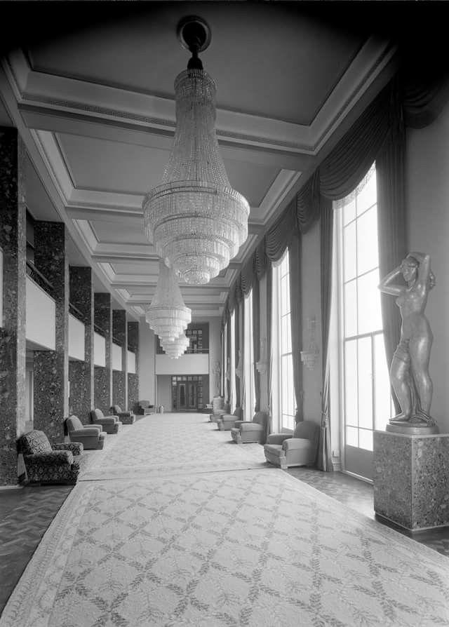 Local: Cine-Teatro Monumental . Átrio do primeiro balcão do cinema. Data da fotografia: Agosto de 1957 Autor: Mestre Horácio Novaes Em LISBOA ANTES E AGORA de MARINA TAVARES DIAS