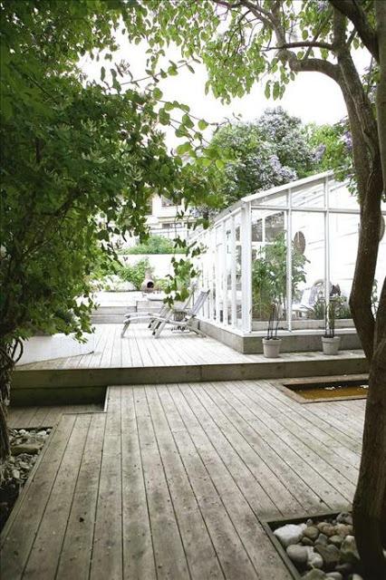 Altan i etage med växthus, vattenblänk och träd