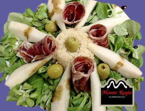 Ensalada de jamón ibérico #MonteRegio y pera ¡la mejor forma de empezar el primer fin de semana del otoño! 🍁