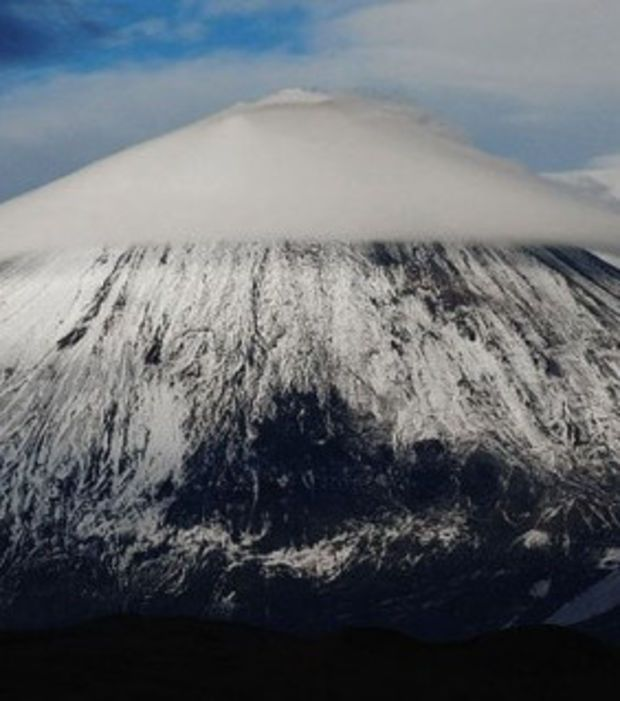 Photo : Les nuages lenticulaires qui prennent la forme des montagnes