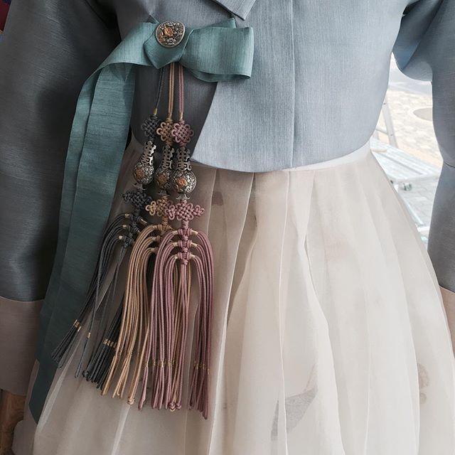 여름이니, 시원한 느낌으로. . . . #무이한복 #신부한복 #본식한복 #웨딩 #디자인 #결혼한복 #seoul #koreandress #clothes #weddings #웨딩한복 #한복드레스 #한복 #한복대여 #한복스냅 #결혼 #드레스 #clothing #고급한복 #고급한복대여 #한복드레스 #혼주한복 #웨딩한복 #hanbok