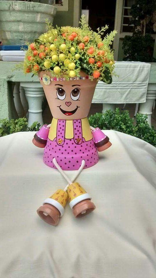 Schöne Puppe aus Blumentöpfen