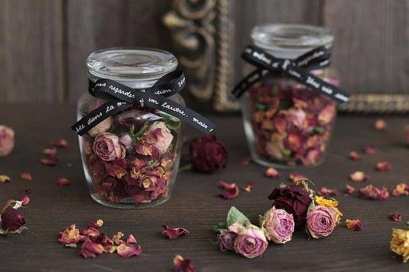 ■スプレーバラやミニバラの自家製ドライフラワーとローズポプリをガラスのキャニスターに詰め込みました。ふたを開けると薔薇の良い香りに癒されます。ロゴ入りのブラックリボンをポイントにし、アンティークな雰囲気に仕上げました。パウダールームなどにインテリア雑貨として気軽に飾っていただけると思います。お誕生日・クリスマス・母の日などのプレゼントにもおすすめ♪※1点のお値段になります。■サイズ:直径6.5㎝×高さ9㎝(最大)■気になる点がありましたらご注文前にお気軽にご質問ください。■関連キーワード プレゼント・ギフト・誕生日・母の日・入学祝い・卒業祝い・結婚祝い・退職祝い・父の日・ホワイトデー・敬老の日・クリスマス・ハロウィン・ウエディング・結婚式・誕生日プレゼント『クリスマスハンドメイド2016』