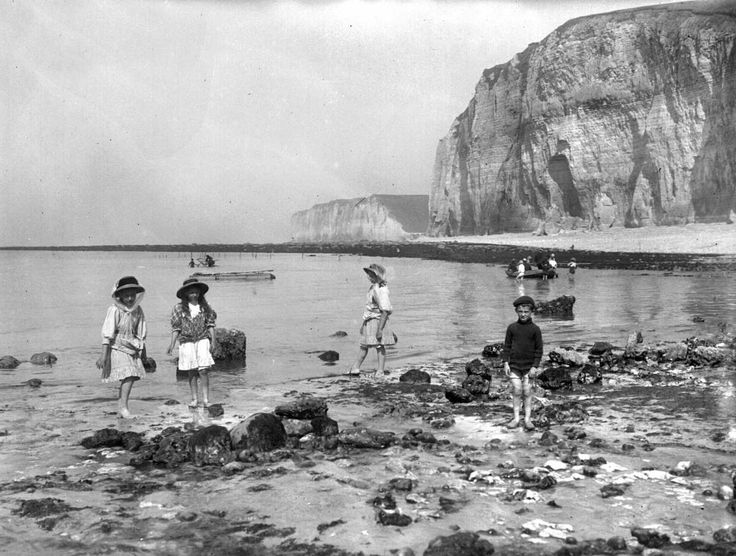 23 Vintage Photos That Show What Summer Fun Looked Like Before The Internet --- France 1909: Children in the beach. The Great Paving stones ( the Maritime Seine). (Photo by Roger Viollet/Getty Images)