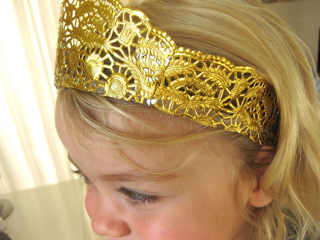 Doily crown for a little princess. I think it needs some glitter and maybe some bling but a great idea.