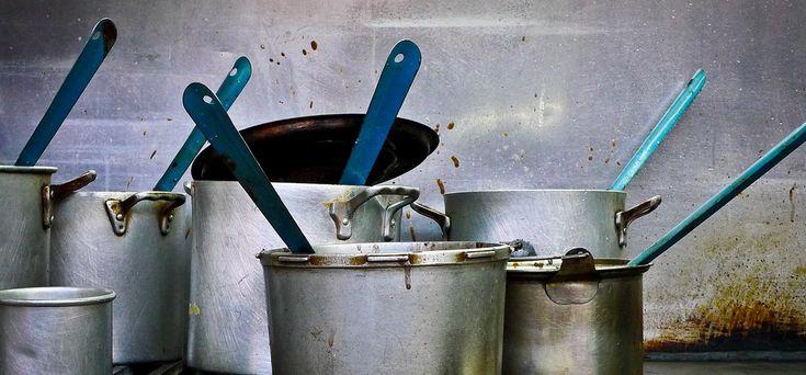 (2-3 liter) kokend water, giet dit op fornuis of nog warme grill(pan). Laat 5 min staan en er dan over met een spons. nu losgeweekt en kan je het weghalen. tosti-ijzer? Kook (1/2-1 liter) water en dompel hierin een schone theedoek. Leg deze op het nog warme maar wel uitgezette tosti-apparaat en laat 5-10 minuutjes liggen. Op deze manier worden ook alle restjes losgeweekt, en kan je het er zo afvegen met een sponsje.
