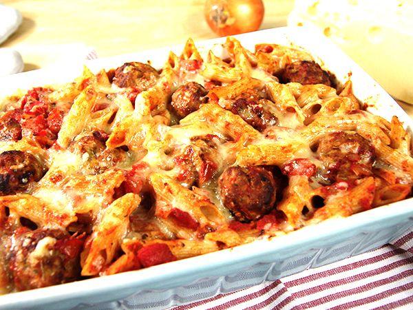 Pastagratäng med köttbullar och tomatsås.
