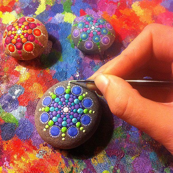 Elle peint des milliers de points de couleur sur des pierres récupérées dans l'océan ...et le résultat est juste FA-BU-LEUX !                                                                                                                                                                                 Plus