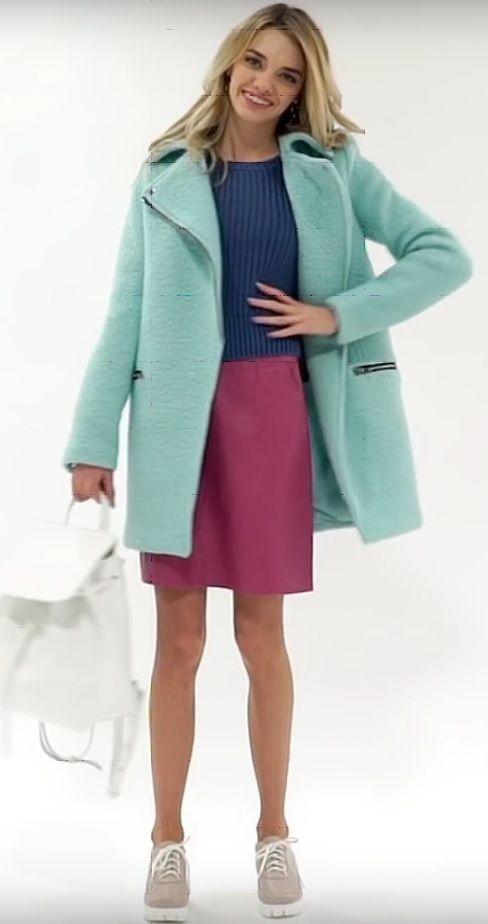 Бирюзовая блузка, синие брюки, розовый плащ, белая сумка, бежевые туфли