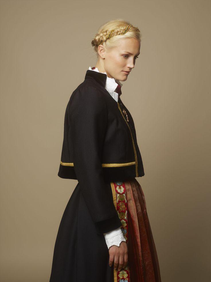 Kvinnedrakten består av skjørt, to forkler, to skjorte, liv, belte, skjerf og jakke. Smykkene i sølv, gull og edelstener består av beltespenne, brystsøljer med heng, jakkenåler og øredobber. Hundreårsdrakten fås hos Heimen Husflid og Eva Lie Design.