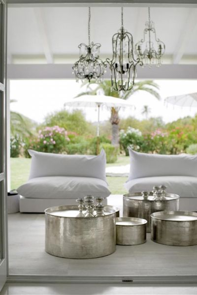 Seriously? Outside? God, this is gorgeous. Love the clustered chandeliers and the amazing silver tables.