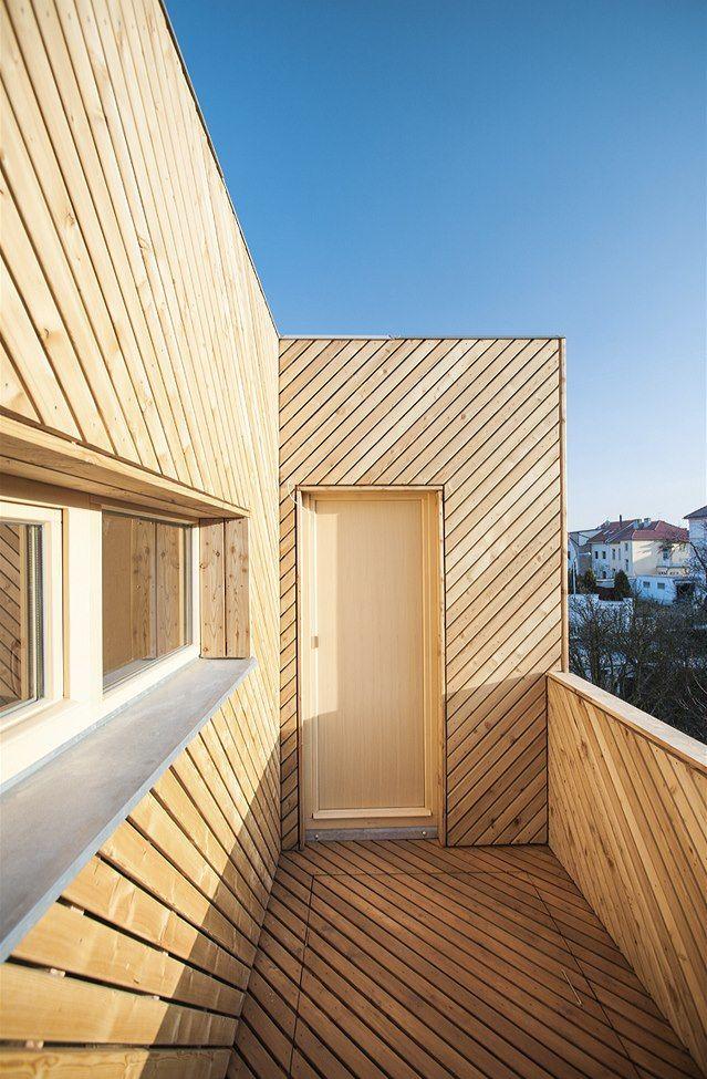 Dřevem je obložena také horní terasa, a to včetně podlahové části – každá bytová jednotka má vlastní samostatnou terasu.