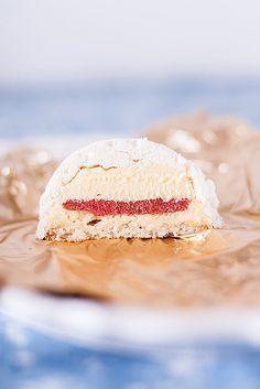 Необычные пирожные по рецепту Пьера Эрме. Хрустящий слой меренги, шеловистый крем муслин с макаруйей, конфи из ревня и клубники и миндальный бисквит. Десерт из…