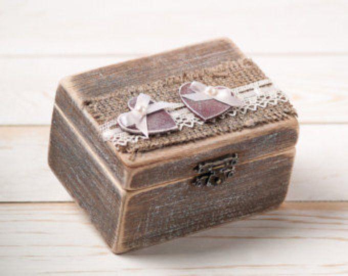 Trouwring trouwring houder Ring kussen aan toonder vak met rode twee harten voor de heer en mevrouw rustieke schuur houten jute en Lace Love Gift