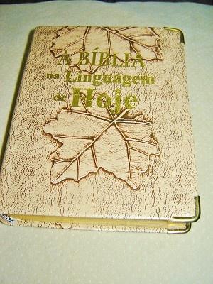 Small Brasilian Portuguese Bible with Maps and Vocabulary / Biblia Sagrada: Nova Traducao na Linguagem de Hoje. Barueri / PVC cover with Gilted golden edges and thumb Index