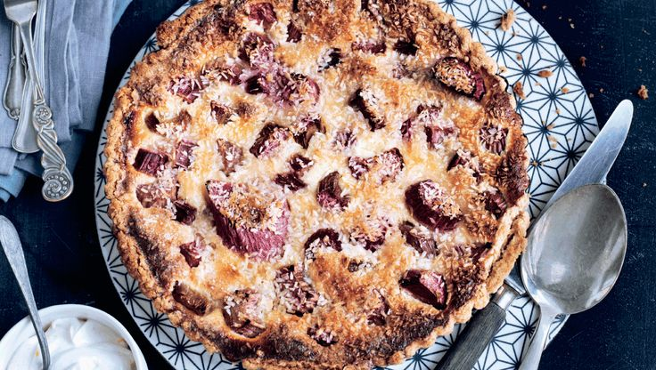 Rabarber smager bedst og har den flotteste farve tidligt på sæsonen, så tøv ikke for længe med at bage denne skønne rabarbertærte!
