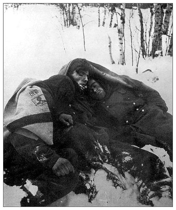 Two German soldiers froze to death in Stalingrad ww2