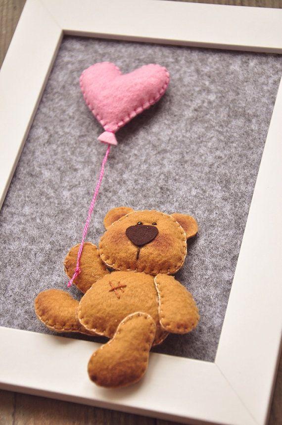Dies ist süße kleine Teddybär, hält einen herzförmigen Ball