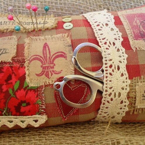 Laura Ashley Gingham Fabric Pin Cushion Sewing Kit by Cush-n-Craft: Alfineteiro