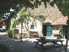 Gezellige oude boederij die dienst doet als sanitair en bar op camping chantegril (Auvergne)