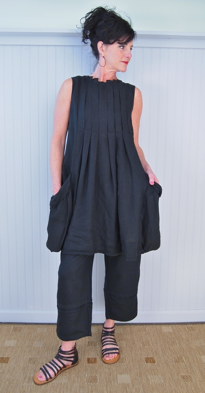 pleats, linen and big pockets made for the perfect sleeveless dress / tunic. paired with cropped pants and strappy flat sandals. charcoal gray / black