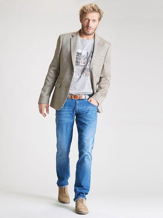 Greige blazer over grey print t-shirt and jeans : love this look <3 | Blazer réalisé dans un beau tissu motifs chevrons, coupe ajustée, 2 boutons. Doublé.Détails2 fentes dos. Poches plaquées à rabat devant. Poche poitrin