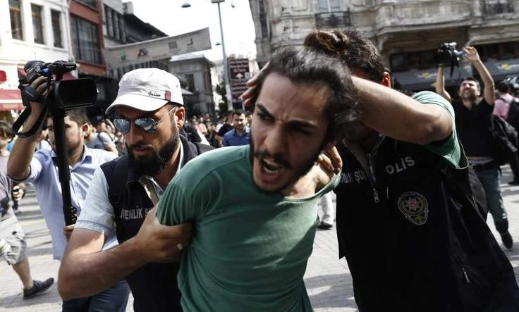 Centenas de polícias de choque cercaram a Praça Taksim para impedir que que a manifestação do Orgulho LGBT se realize durante o Ramadão. A polícia turca usou balas de borracha e gás lacrimogéneo pa…
