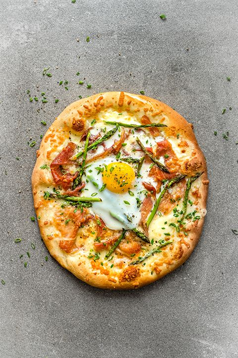 INGREDIENTS BY SAPUTO | Looking for a brunch recipe idea that will blow you and your guests away? Try this easy breakfast pizza with prosciutto and asparagus, topped with Saputo Mozzafina di Latte mozzarella and Parmesan cheese.