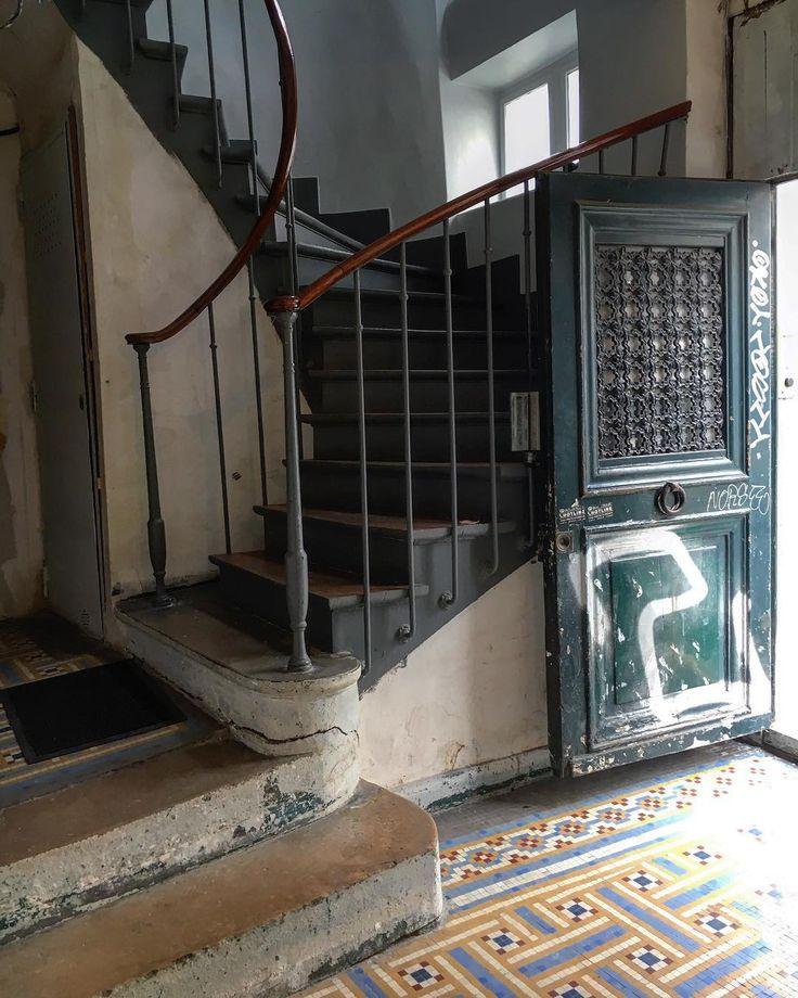 La légende dit qu'Edith Piaf serait née sur les marches de cette porte mais les historiens disent qu'elle est née à l'hôpital Tenon #enfance #72ruedebelleville The legend said that Edith Piaf was born in this doorway in #belleville #edithpiaf #paris20