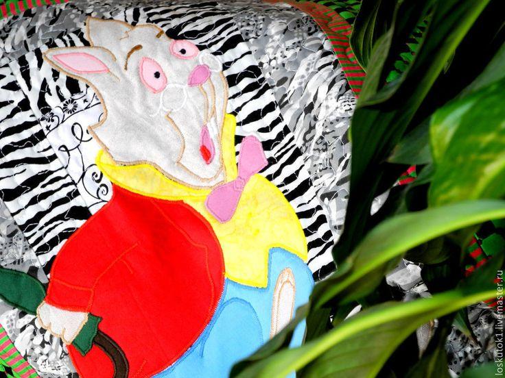 Белый кролик. Фрагмент пэчворк пледа АЛИСА В СТРАНЕ ЧУДЕС. Лоскутная аппликация. ======================= лоскутный плед лоскутные пледы шитье одеяло одеяла покрывала пэчворк квилтинг лоскутная техника для дома уют стиль печворк Patchwork Quilting квилт картина арт работа мастер мастера