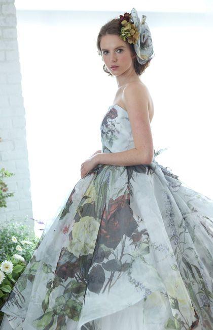 No.08-0068 心が弾むような、ダイナミックなフローラルプリントが素敵!シックな色味なので甘くなりすぎず、クチュール感あふれるスタイルに。ラブリーなだけじゃ物足りない花嫁にぴったりの大人のプリンセスラインドレス。