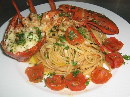 Una bella cena a base di pesce e pasta.