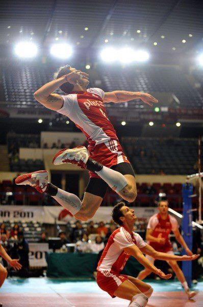 Los chicos juegan al voleibol en la cancha. Ellos usan una bola.