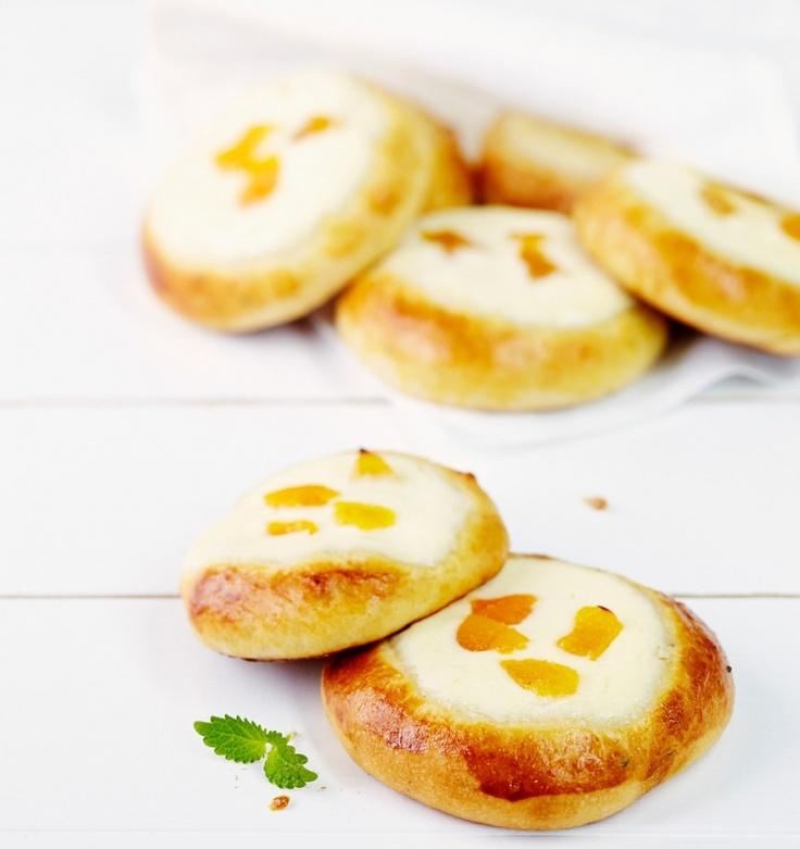 Rahkapullat on täytetty herkullisen sitruunaisella rahkatäytteellä. Kokeile täytteeseen lisämauksi Pirkka Luomu pehmeitä aprikooseja.