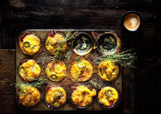 Eggmuffins med skinke og oliven.