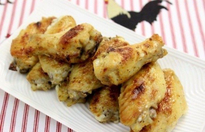 Запеченные куриные крылышки http://mirpovara.ru/recept/2777-zapechennye-kurinye-krylyshki.html  Запеченные куриные крылышки, приготовленные в духовке, просто тают во рту. Интересный маринад на осн...  Ингредиенты:  • Куриные крылышки - 15шт. • Йогурт - 3ст. л. • Чеснок - 4зуб. • Сок лимонный - 1ст. л. • Майонез - 2ст. л. • Паприка - 1/2ч. л. • Специи для курицы - 1ч. л. • Соль - 1/2ч. л. • Перец черный молотый - 1/2ч. л.  Смотреть пошаговый рецепт с фото, на странице…