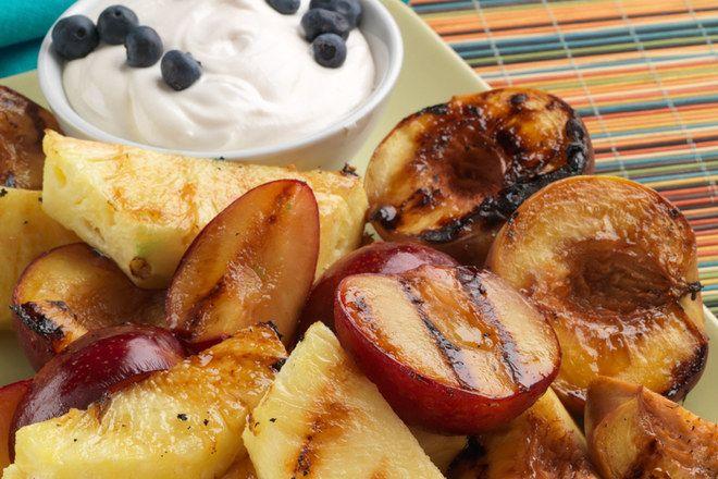 Nettoyez la grille et pensez aux fruits rôtis au barbecue pour un dessert facile et sympa. A servir avec un fromage blanc sucré à la vanille.