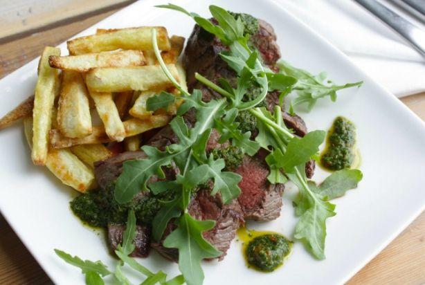 Biefstuk met groene salsa en zoete aardappelfriet